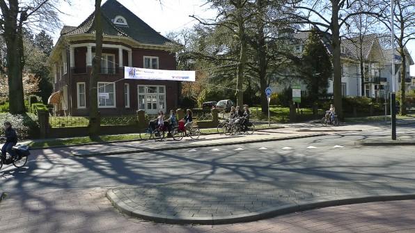 Si da, copii pe biciclete.