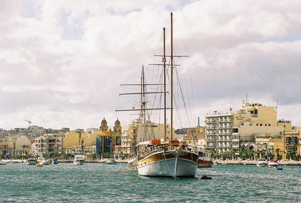 O barca, acum cativa ani, in Malta...mi-e cam dor de locul ala...Aaa, pe film, love the feeling...